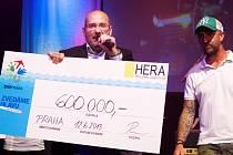 Ředitel Zoo Praha Miroslav Bobek přijímá šek za vyprodanou Lucernu. Další partneři akce přidali ještě dalších 223 tisíc korun.