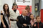 Předání vozíku Segway Free zraněnému hasiči.