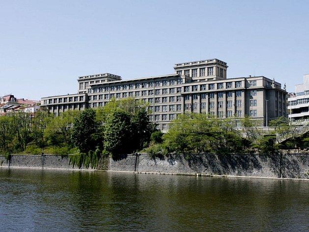 MÁLO MÍSTA. Radnici v budově bývalých Dopravních podniků v Bubenské ulici vyprší brzy smlouva, městská část se tak rozhlíží po novém sídle.