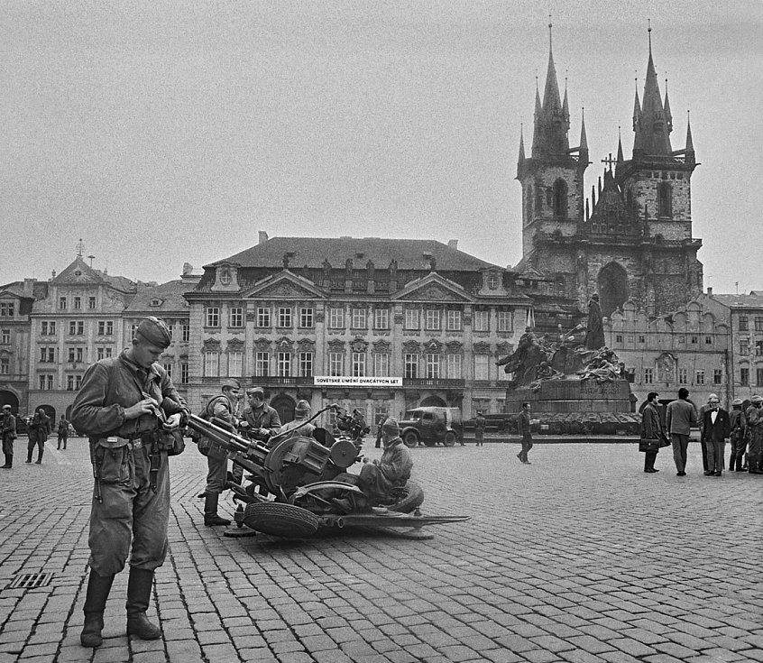 Sovětští protiletadlovci na Staroměstském náměstí, 21. srpen 1968.