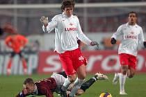 ZVEDNOU SE? Obránce Michal Kadlec (vlevo v souboji s Artemem Dzjubou) si proti Spartaku Moskva své uhrál. V Leverkusenu však bude muset zabrat i ofenziva.