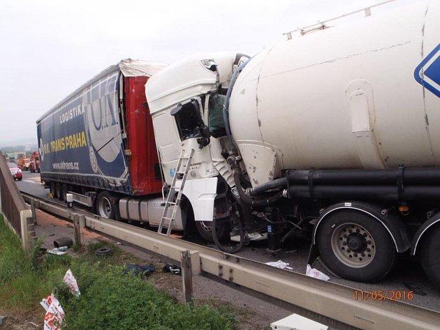 Na dálnici D5 došlo ke srážce dvou kamionů.