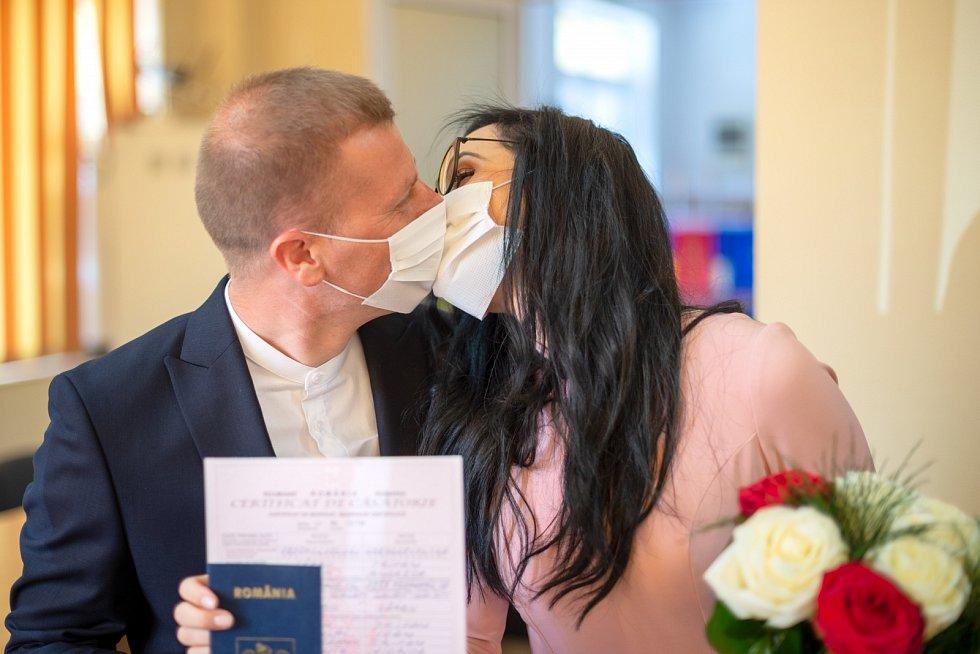 Svatba v rouškách. Ilustrační foto.