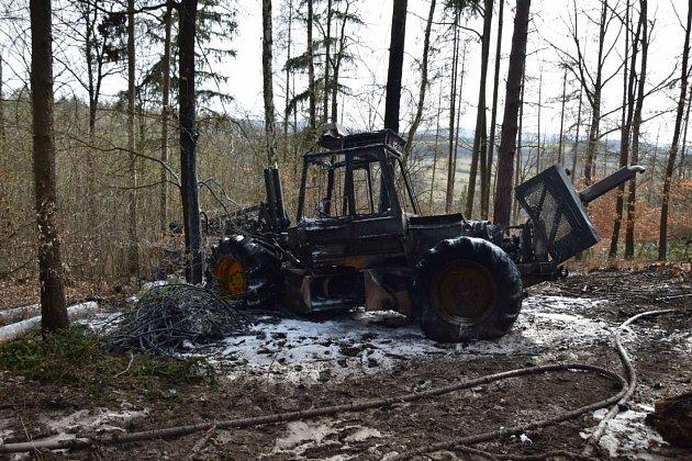 Požár lesního stroje.