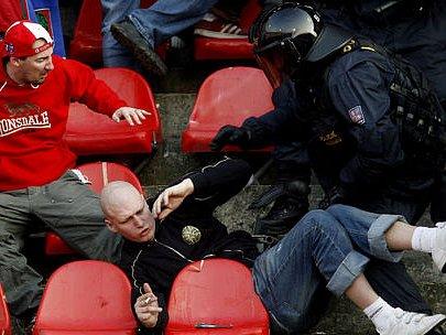 NA HRUBÝ PYTEL HRUBÁ ZÁPLATA, to jistě napadá nejednoho slušného fanouška. Pražští hooligans to ale vidí jinak.