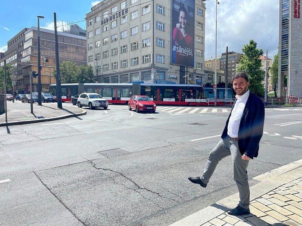 Nové přechody na křižovatce Legerovy a Vinohradské usnadní život chodcům i řidičům. Na snímku náměstek pražského primátora Adam Scheinherr.