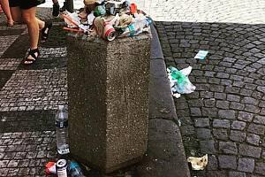 Přeplněný koš v Mostecké ulici vyvolal internetovou hádku mezi pražským primátorem Zdeňkem Hřibem (Piráti) a premiérem Andrejem Babišem (ANO).