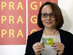 Pražská primátorka Adriana Krnáčová s Lítačkou, novou kartou pro Městskou hromadnou dopravu v Praze.