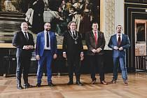 Zástupci běloruské exilové opozice při ceremoniálu na Staroměstské radnici převzali stříbrné medaile Prahy a zapsali se do pamětní knihy v den prvního výročí běloruských prezidentských voleb.