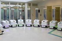 Speciální robot pomocí UV záření dezinfikuje prostory a pomáhá v boji proti virům.