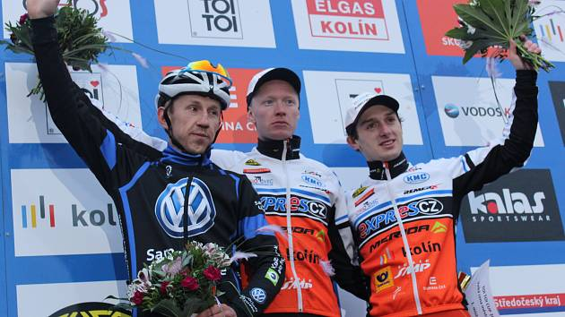 KOLÍNSKÝ ZÁVOD opanoval Jan Nesvadba (uprostřed), druhý dojel Marek Konwa (vlevo) a třetí Tomáš Paprstka.
