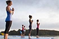Nudí vás už běžná jóga na klasické podložce? Zkuste ji na paddleboardu.