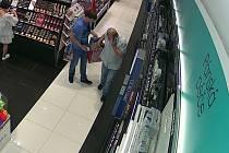 Policie pátrá po zlodějích, kteří ukradli parfémy.