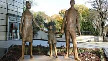 Legendární sousoší Rodina se vrátilo na své původní místo před obchodním centrem Atrium Flora.