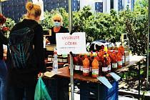 Provozovatelé farmářských trhů žádají vládu, aby jim povolila fungování. Ilustrační foto je z náměstí Jiřího z Poděbrad.