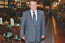 I jeho oblíbený hostinec se změnil. Do Plzeňské restaurace v Obecním domě v Praze Jiří Paroubek prý rád chodil jako student. A i pak jako premiér s jeho zahraničními protějšky Gerhardem Schröderem nebo Robertem Ficem.