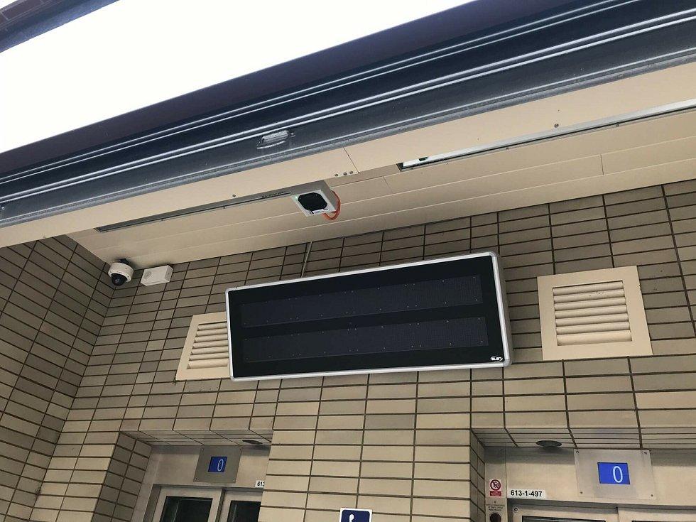 Majáky jsou umístěny například na úřadech a ve stanicích metra.