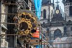 Památkáři demontovali 25. května kalendárium orloje v rámci rekonstrukce věže Staroměstské radnice v Praze.