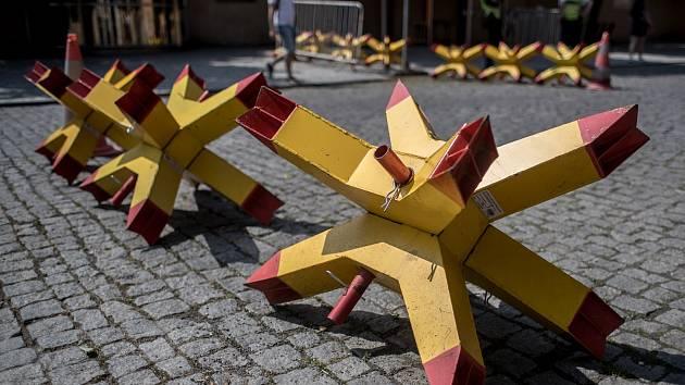 Pražský hrad 31. května v Praze. Bezpečnostní opatření ve směru od Prašného mostu.