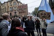 Na dvě desítky protestující se sešly 25. září před Úřadem vlády aby vyzvaly Vládu k navýšení výdajů pro vysoké školy.