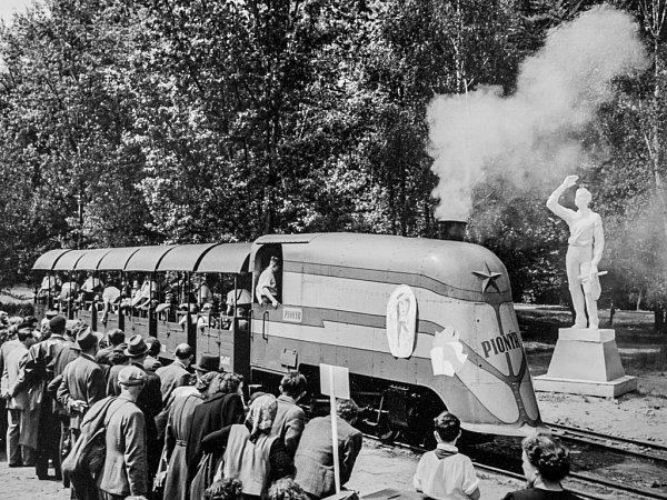 Historické snímky dětského parního vlaku, který na počátku druhé poloviny 20.století jezdil vpražské zoologické zahradě.