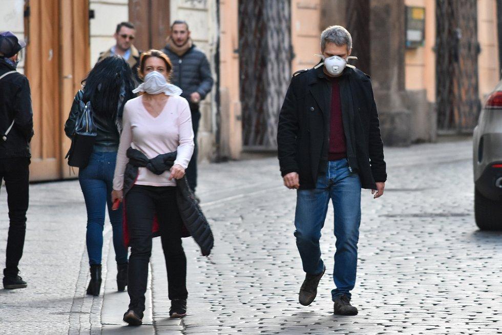 Prázdné ulice Prahy a lidé s rouškami 18. března 2020. Karlova ulice.