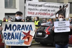 Před hlavním vchodem do budovy České televize v Praze 17. listopadu 2020 demonstrovali lidé na obranu nezávislosti ČT a veřejnoprávních médií.