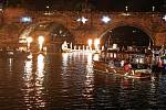Zatímco se na pontonu uprostřed Vltavy střídali hosté programu, kolem kroužily lodě české i benátské.