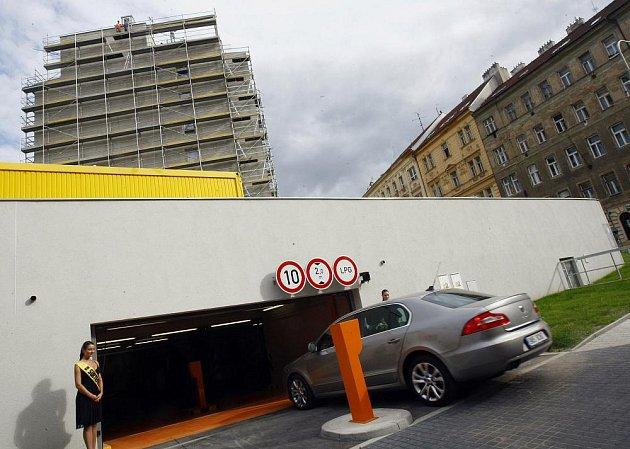 Praha 3 otevřela nové podzemní garáže v Lupáčově ulici. Patrový objekt v nejvytíženější části Žižkova přinese obyvatelům, ale i městské policii, stovku nových parkovacích stání. Garáže vyrostly na místě zanedbaného parčíku v blízkosti panelového komplexu.