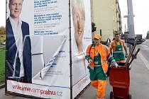 Předvolební bilboardy všeho druhu i po volbách na svých místech. Na snímku v ulici Jana Želivského na Praze 3 jeden stále zabírá více jak půlku chodníku,chtělo by to pořádný úklid.