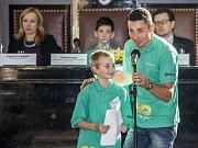 Ceny Dětský čin roku 2015 se slavnostně předávaly 3. prosince v Brožíkově síni na pražském Staroměstkém náměstí. Na snímku Tomáš Soldán (8) ze ZŠ Prostějov za Kolektivní pomoc. Na snímku spolu s patronem Jiřím Ježkem