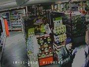Policie pátrá po muži, který čtyřikrát vykradl stejnou drogerii