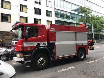 U nehody auta v Radlické ulici zasahovali i pražští hasiči.