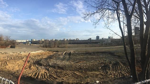 V areálu bývalého nákladového nádraží na pražském Žižkově začaly první stavební práce. Má tu vzniknout nová obytná čtvrť pro 15 tisíc lidí.