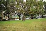 Bývalá porodnice neboli Porodnice a útulek Čsl. ochrany matek a dětí, stála na ostrově v místech, kde se dnes nachází socha sedící dívky od Jaroslava Horejce.