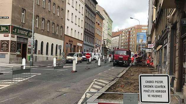 V létě 2020 probíhá rekonstrukce Koněnovy ulice v Praze. Žižkovští obyvatelé řeší i vznik cyklopruhů.