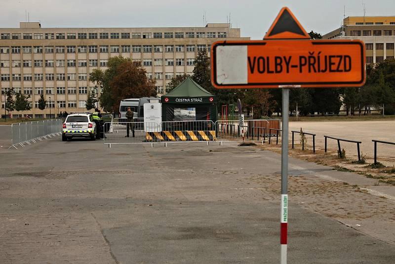 Lidé mohou volit přímo z auta, v Praze na pěti stanovištích.