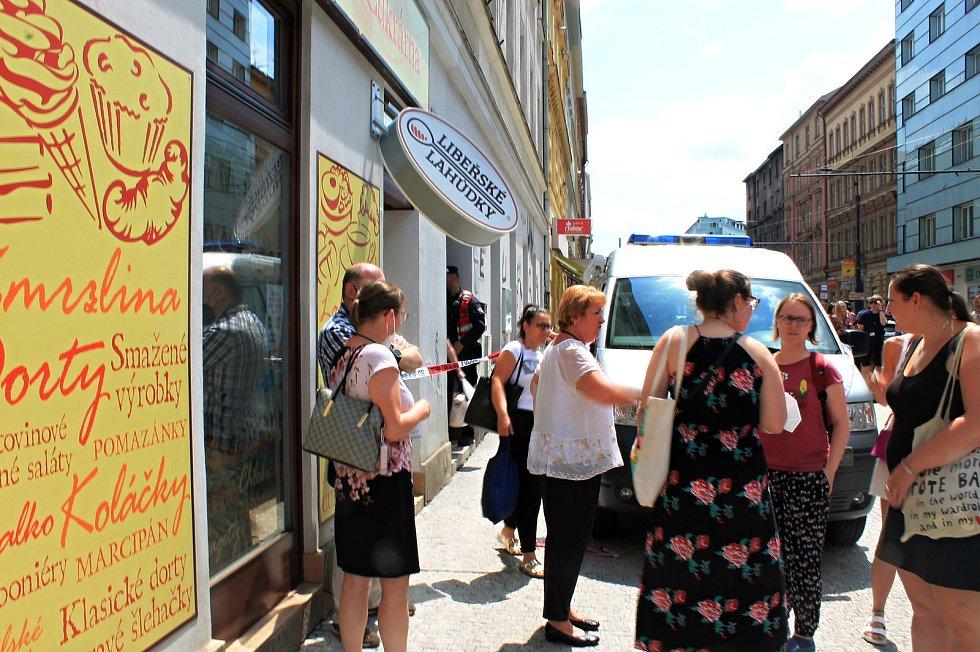 Muž v úterý 29. června zaútočil na úřadu práce vBělehradské ulici vPraze 2, kde postřelil pracovnici. Ta později vnemocnici zemřela.