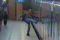 Agresivní mladík, který ve stanici Vltavská napadal cestující a kopal do vagonu metra.