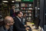V pražském knihkupectví Quadrio začal v pondělí 14. září 2015 spisovatelský experiment: Román na šest nádechů. Šest autorů bude nonstop 72 hodin psát román za sklem výkladní skříně.