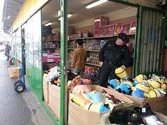 Pražští celníci zajistili padělky hraček pro děti na tržnici Sapa v Libuši.