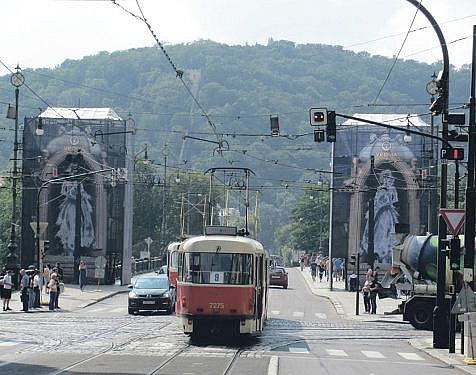 JAK DLOUHO JEŠTĚ? Mýtné domky na mostě Legií nespatřily světlo světa už dva roky. Reklama má zaplatit jejich rekonstrukci. Ovšem po restaurátorech dosud ani vidu ani slechu.