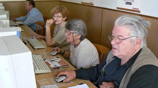 Informační technologie jsou pro seniory často velkou neznámou. Ilustrační foto.