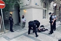 Policisté z pohotovostní motorizované jednotky zadrželi ihned po činu dva cizince podezřelé z loupežného přepadení.