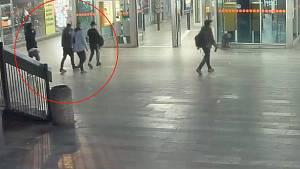 Čtyři útočníci zbili u metra Budějovická dva mladíky.