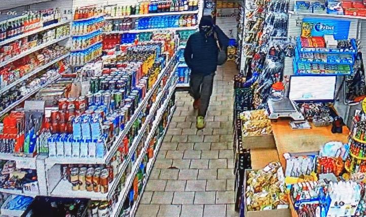 Muž podezřelý z loupeže v pražské večerce.
