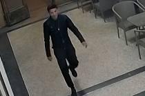 Muž podezřelý z útoku dopravní značkou.