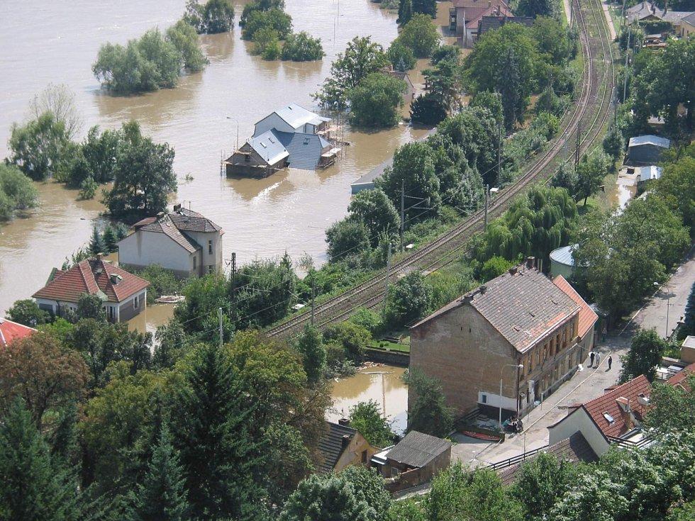 Povodně z roku 2002 v metropoli. Na snímku silnice a železnice do Roztok u Prahy.