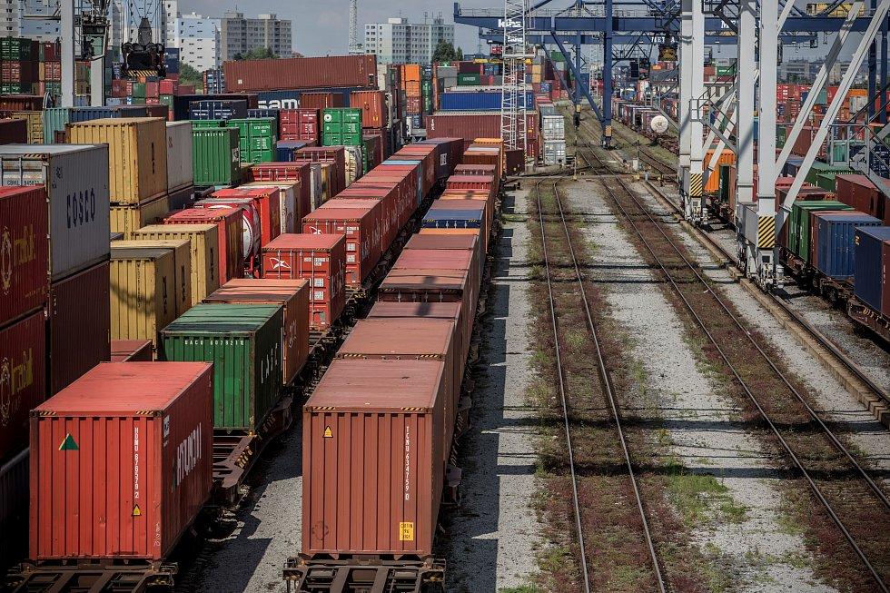 Překladiště kontejnerů pro kamionovou a železniční dopravu společnosti Metrans