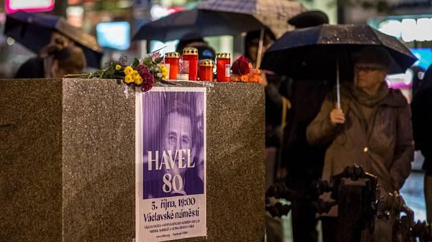 Lidé si na Václavském náměstí v Praze připomínali nedožité 80. narozeniny Václava Havla